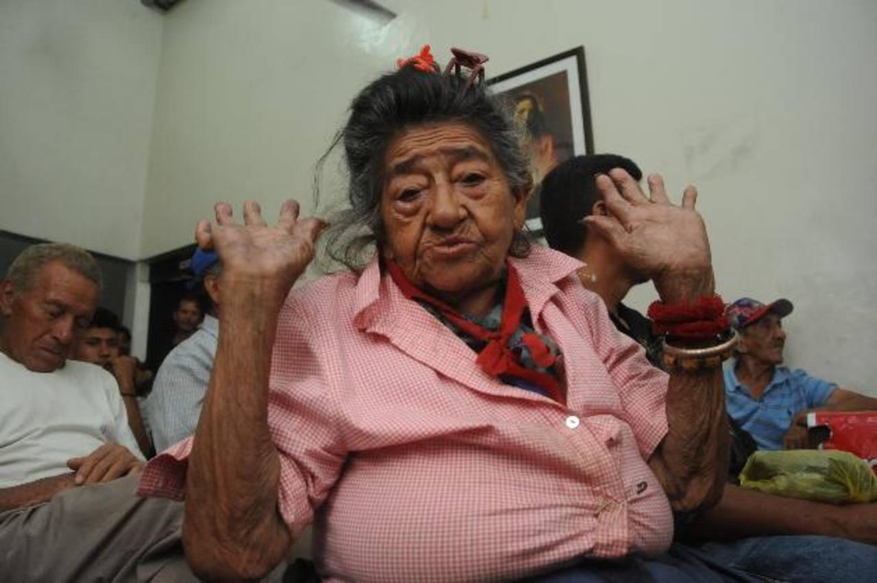 Doña Sarita es una de las últimas personas en llegar al dormitorio público y la primera en irse. foto edh/ LISSETTE MONTERROSA