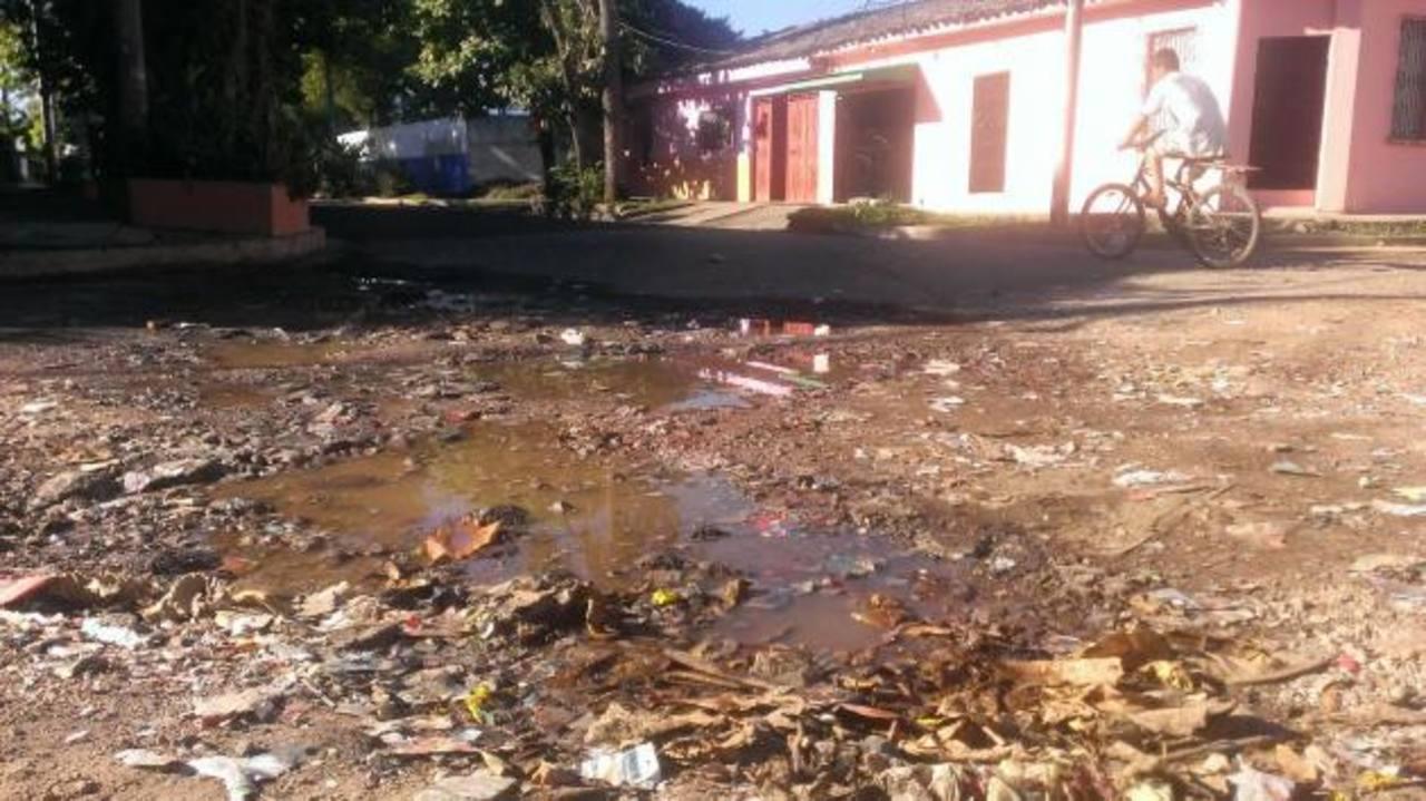 El agua expulsada desde las instalaciones del Indes genera daños en las principales calles que se vuelven también intransitables para los automovilistas. Foto EDH / MAURICIO GUEVARA