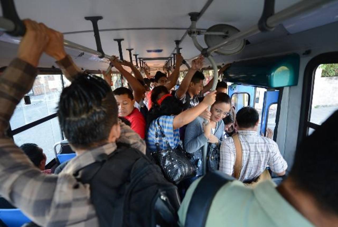 Los pasajeros viajan varias horas de pie y con la incomodidad de apretujarse al caminar. Fotos EDH / MAURICIO CÁCERES
