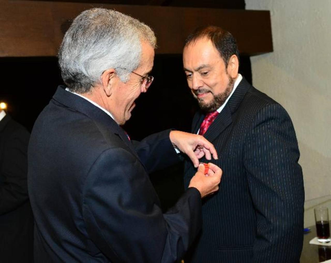 El embajador Renato Sepúlveda impone la medalla en grado de Caballero al periodista. Foto EDH /César Avilés.