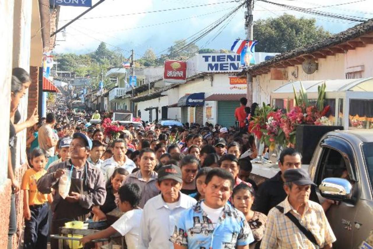 Las víctimas fueron despedidas por una multitud. FOTO EDH Roberto Díaz Zambrano.