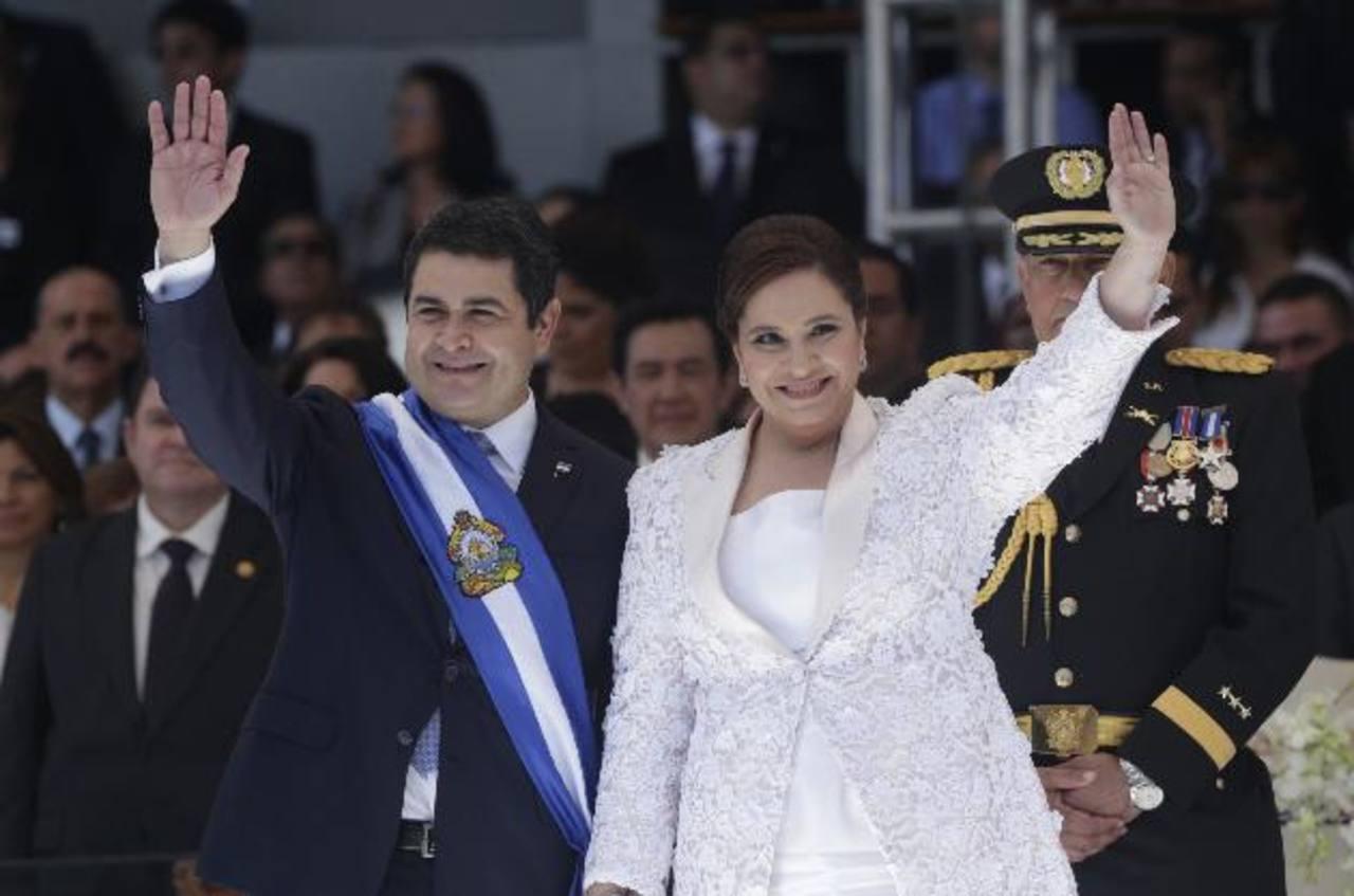 El nuevo presidente de Honduras, Juan Orlando Hernández, y su esposa tras el acto de investidura. Foto/ AP