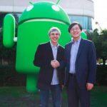 Las CEO Larry Page, de Google, junto a Yang Yuanqing, de Lenovo