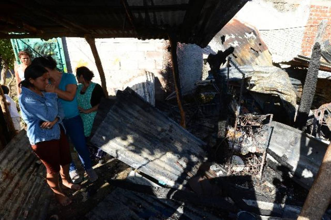 Uno de los tres niños rescató al bebé y un vecino auxilió a la niña. Su madre salió por el techo.
