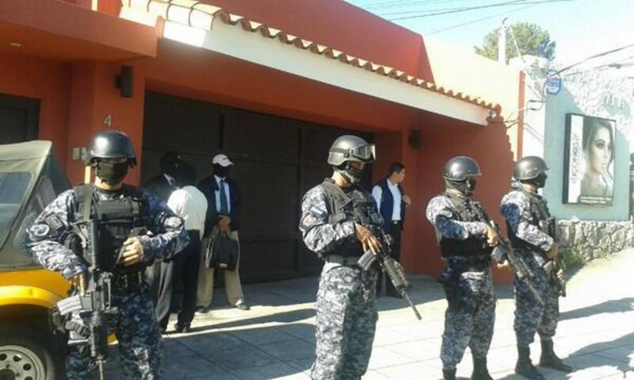Policía custodia residencia de Francisco Flores
