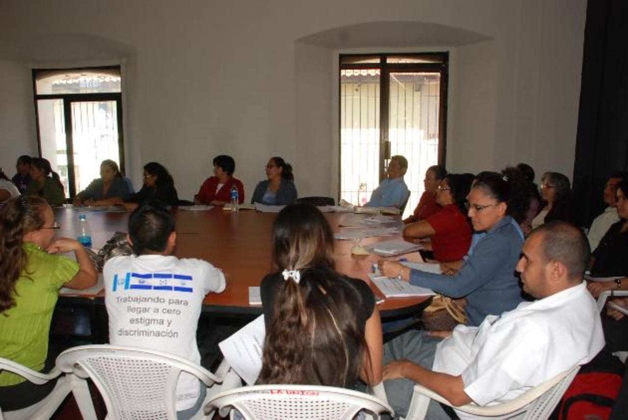 Los trabajadores están en la Gobernación para poder realizar sus labores diarias. Foto EDH / Insy Mendoza