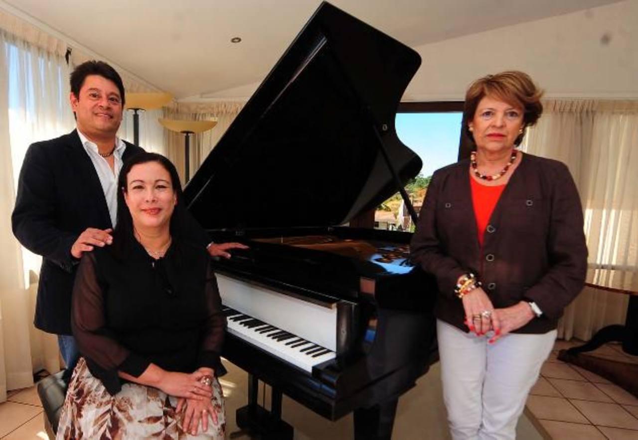 """Juan Fernando Villafuerte, Elizabeth Trabanino y Miriam de Grabs en conferencia por """"El Encanto Armónico"""". Foto Edh / huber rosales"""