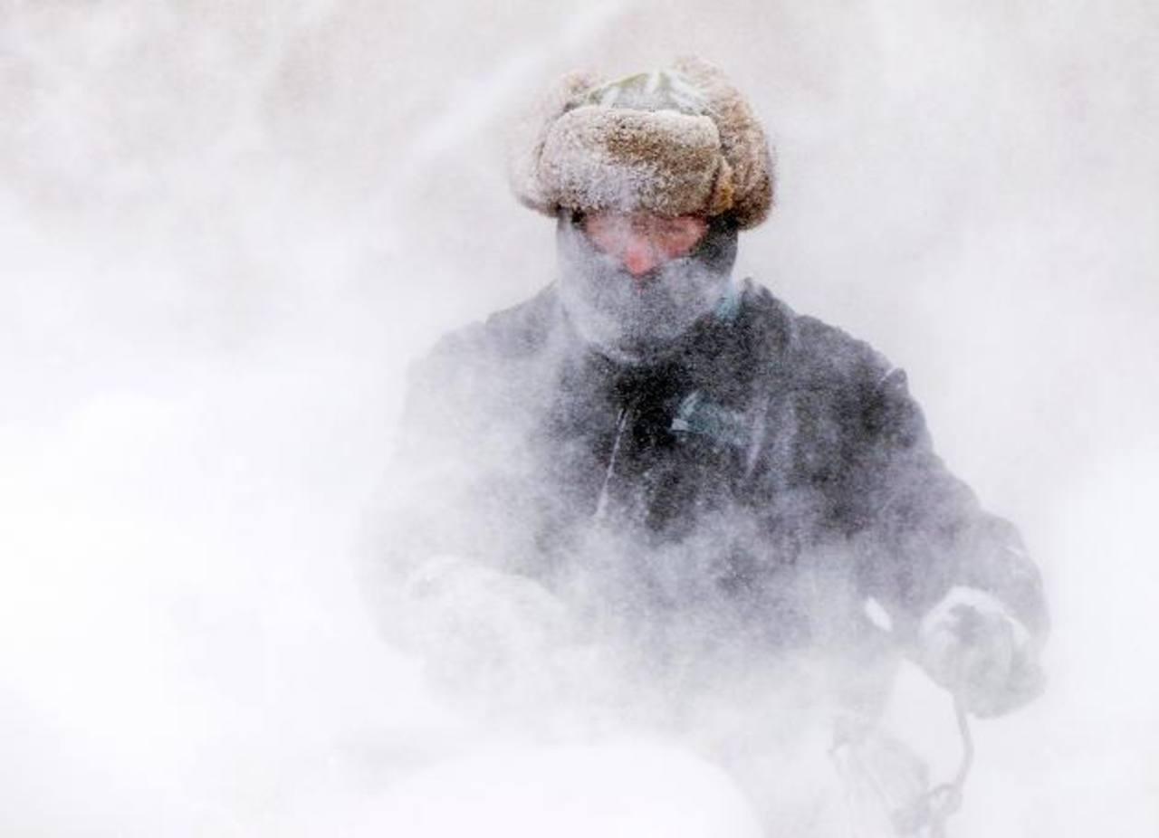 Garret Kelenske, de 49 años, remueve la nieve en las cercanías de la iglesia Sagrado Corazón en Muskegon Heights, Míchigan. Foto/ AP