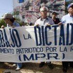 Dirigentes de partidos de oposición y organizaciones civiles protestaron ayer contra las reformas constitucionales. foto edh / EFE