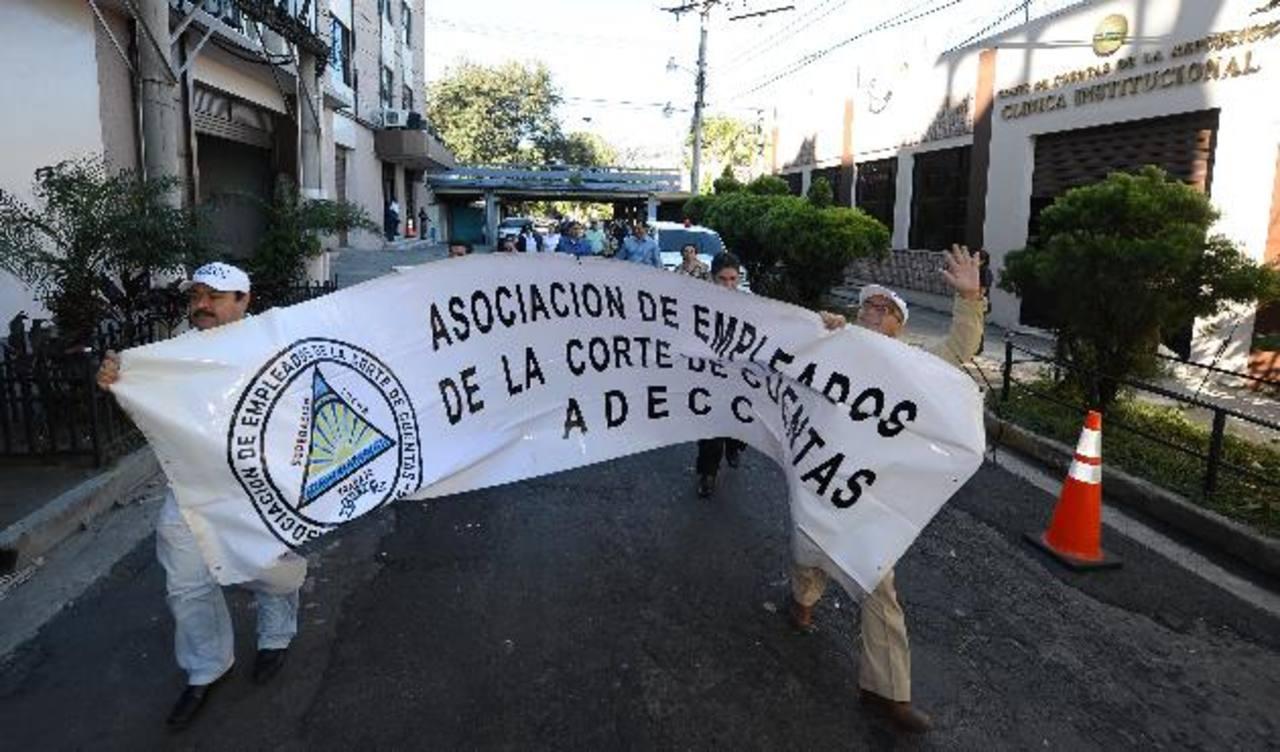Los empleados acudieron ayer a la Corte de Cuentas a exigir que les devuelvan sus puestos. Foto EDH / Jaime Anaya