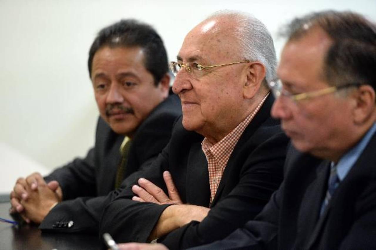 El empresario Hugo Barrera (al centro) se mostró sereno, ayer, durante la audiencia que buscaba una conciliación con los querellantes. El arenero y sus abogados dijeron tener pruebas suficientes que demuestran su inocencia. Foto EDH / Marlon Hernánde