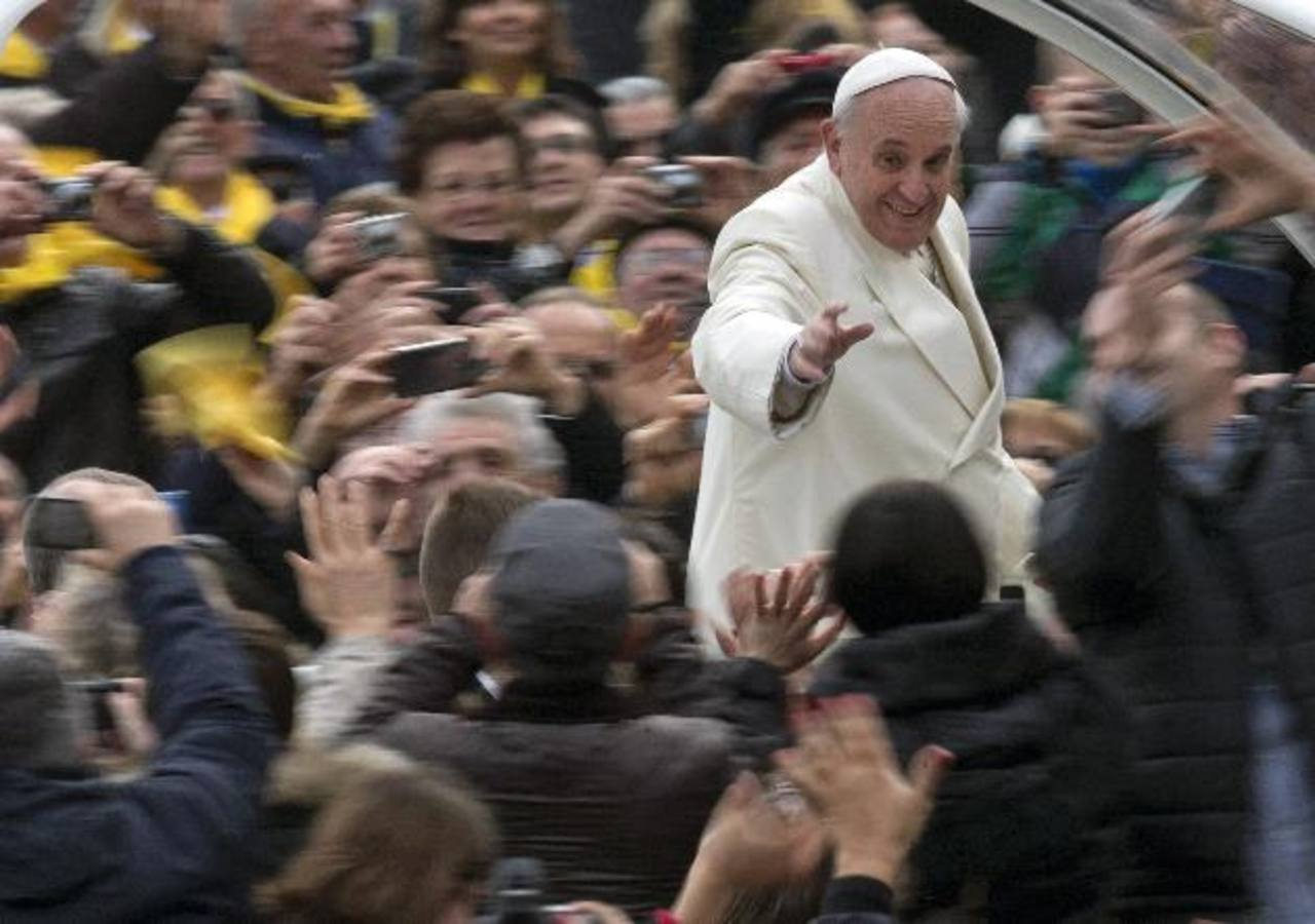 El papa Francisco saluda a los fieles desde el papamóvil al arribar a su audiencia general semanal, en la Plaza de San Pedro, Vaticano. Foto/ AP