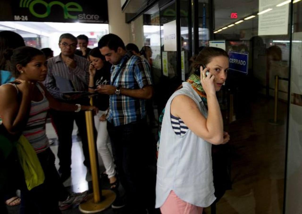 Varias personas querían información sobre la venta de vuelos, pero las oficinas estaban cerradas o no vendían boletos. edh/AP