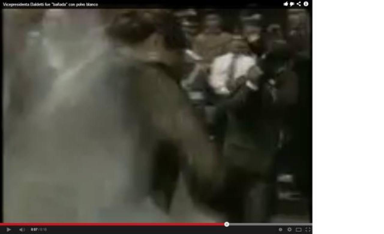 Captura donde a la vicepresidenta le lanzan el polvo.