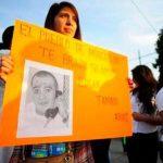 Una mujer sostiene un letrero con una foto del mexicano Edgar Tamayo durante protesta el 19 de enero de 2014. Foto/ AP