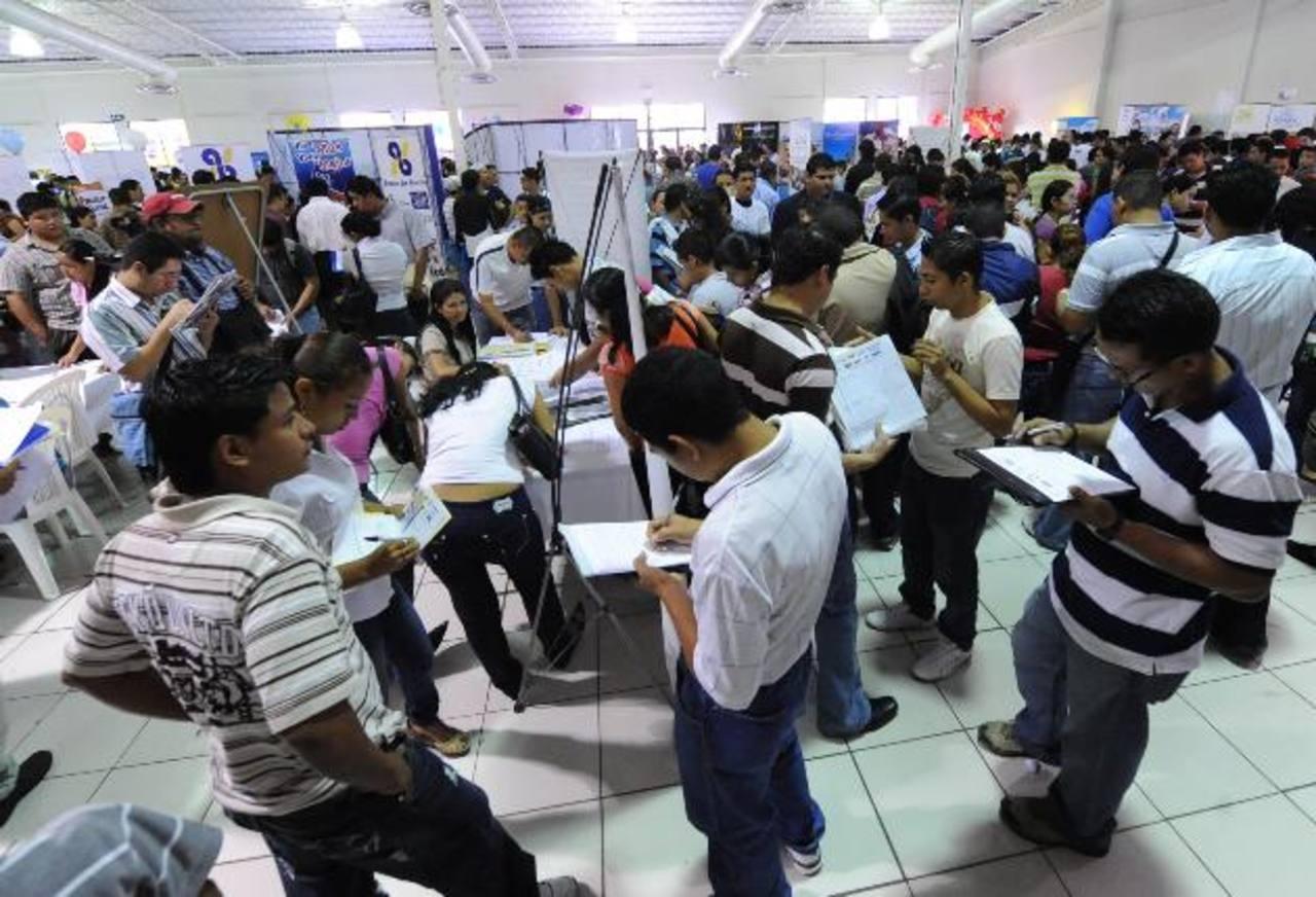 Los jóvenes que cotizan en un trabajo formal serían los principales afectados si se modificara el sistema. Foto EDH / archivo
