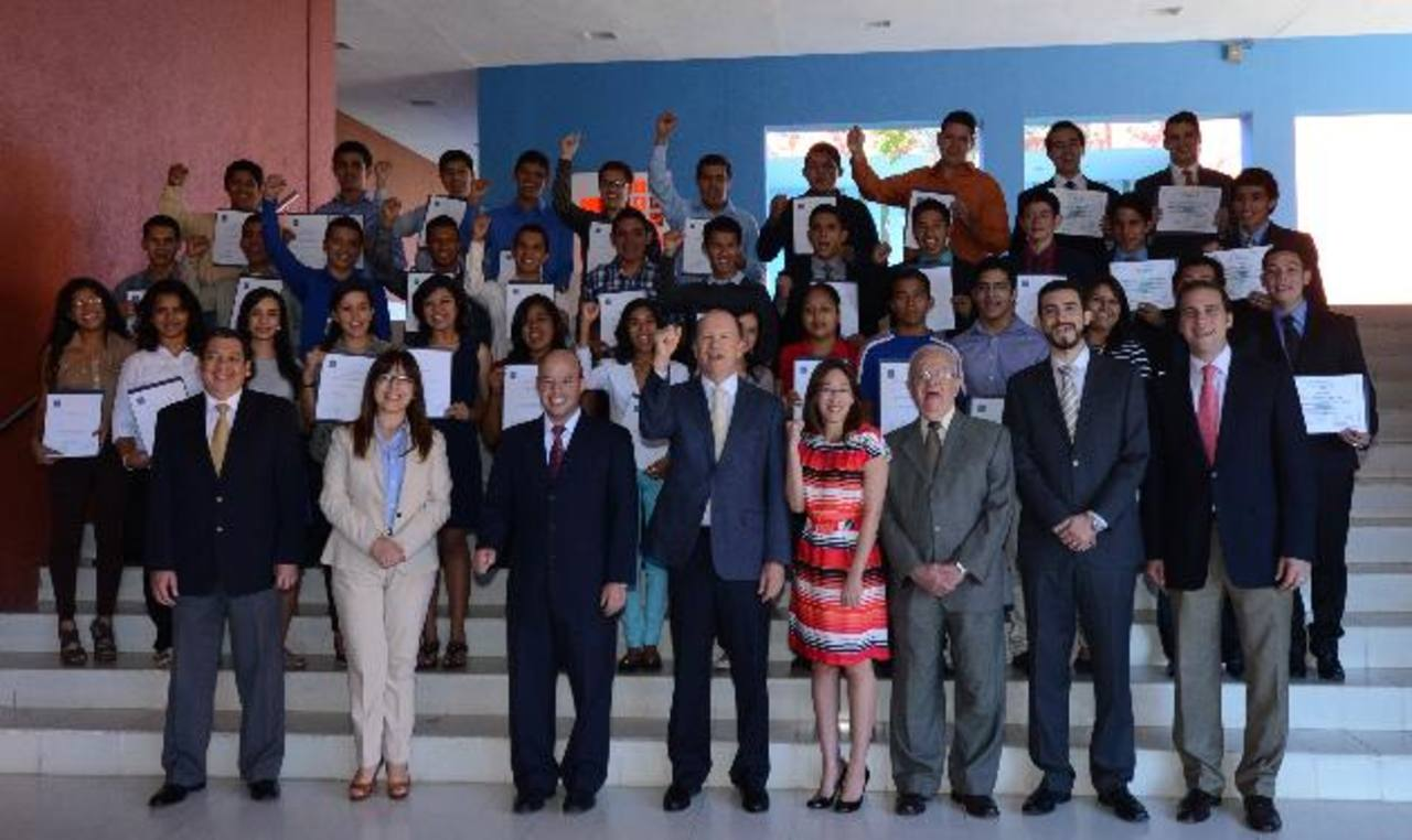 Ricardo Poma (al centro), rector de la Escuela Superior de Economía y Negocios (ESEN), junto a docentes y los 41 becados del año académico 2014. foto edh / douglas urquilla