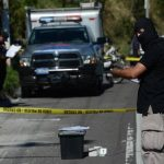 Investigadores recolectan evidencias en la escena donde fue encontrado el cadáver del agente Elí Ernesto Monzón, en la carretera de Oro en Soyapango. Foto EDH / Jaime Anaya