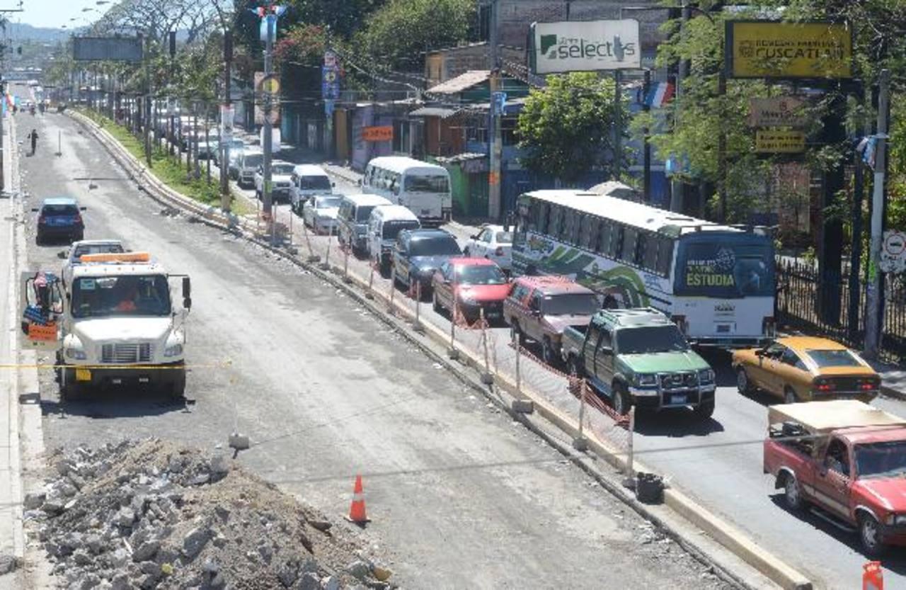 Los trabajos sobre la Carretera Troncal del Norte llevan un mes y medio en ejecución. Foto EDH/ MAURICIO CÁCERES