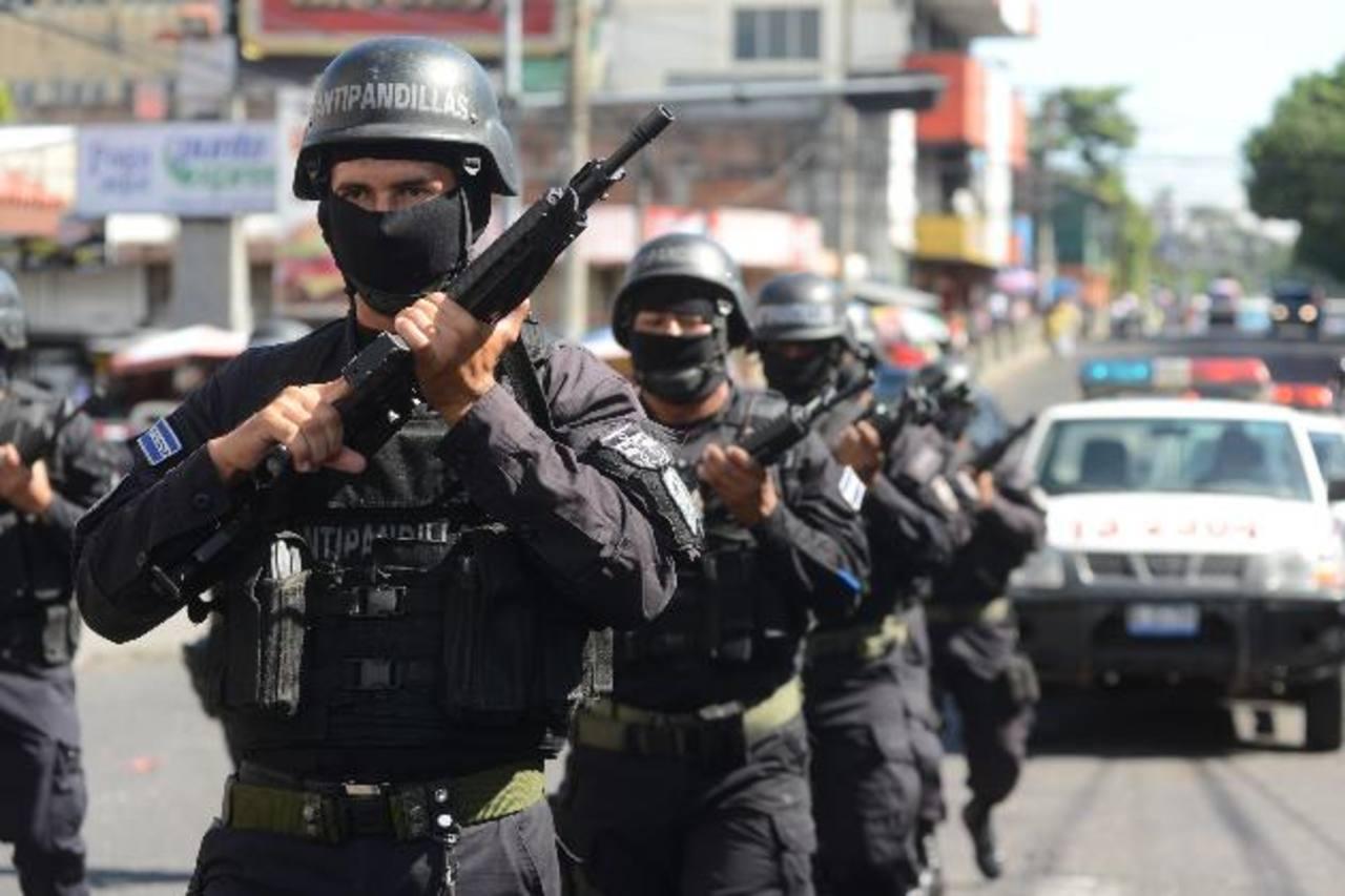 Los policías se quejaron de no haber recibido bonos en diciembre . Otros empleados de Seguridad sí lo recibieron. Foto EDH