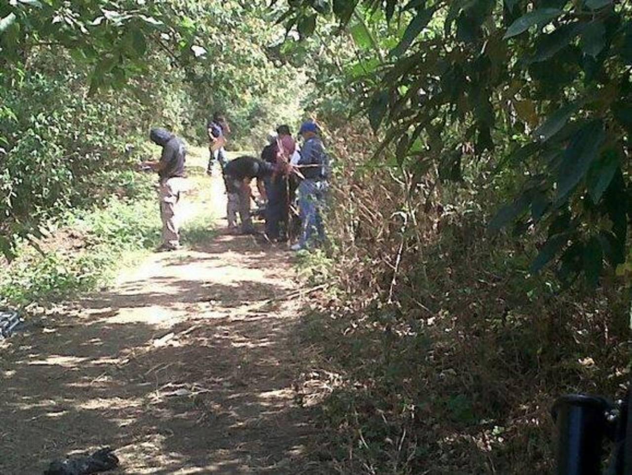 Autoridades procesan escena de homicidio en caserío Agua Fría, Lourdes, Colón, La Libertad. FOTO EDH Lilibeth Sánchez, vía Twitter.
