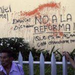 Un hombre camina frente a un grafitti contra la propuesta sandinista de reformar la Constitución para dar más poder al gobernante Daniel Ortega. foto edh / efe