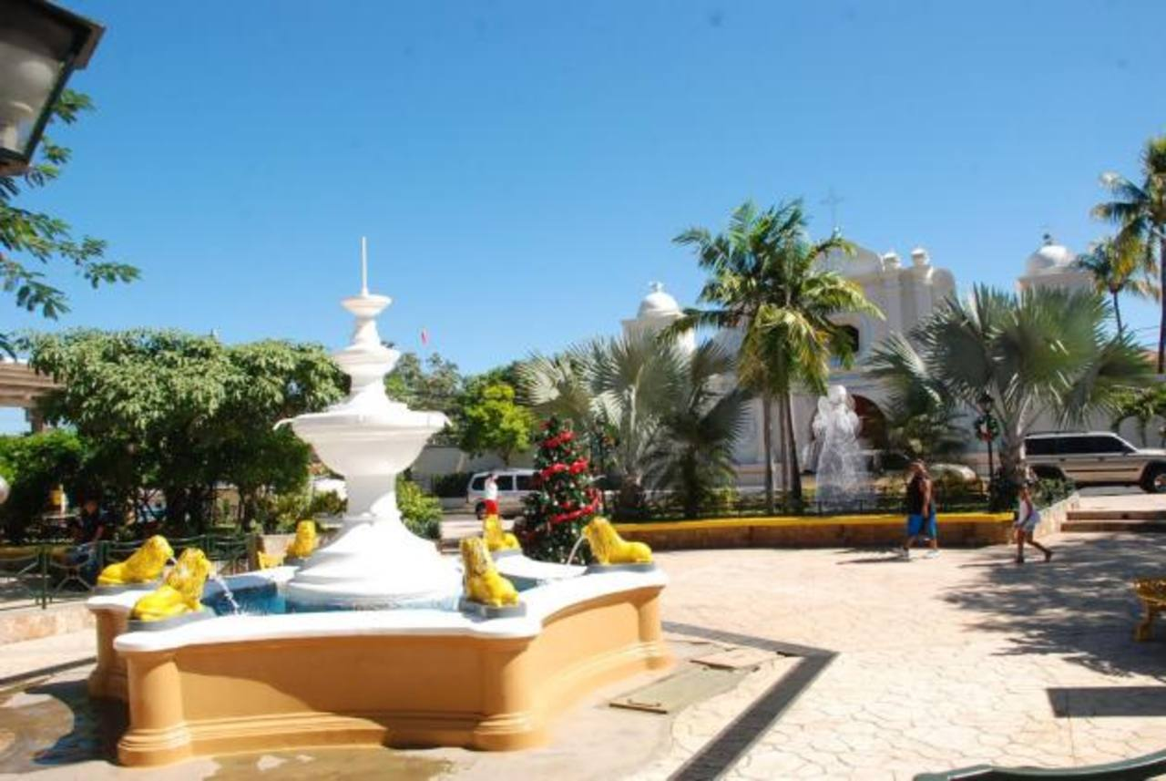 El parque ahora luce más bonito porque las autoridades edilicias invirtieron en pintarlo. Foto EDH / insy mendoza.