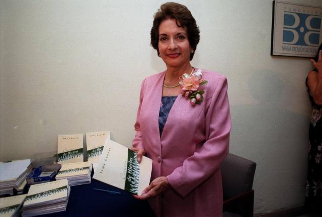 La escritora y maestra Irma Lanzas, durante el lanzamiento de su obra Canción de Hierbas.