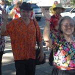 Abuelos y nietos realizan caminata