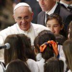 El Papa Francisco reunido con niños en el Vaticano. FOTO Reuters