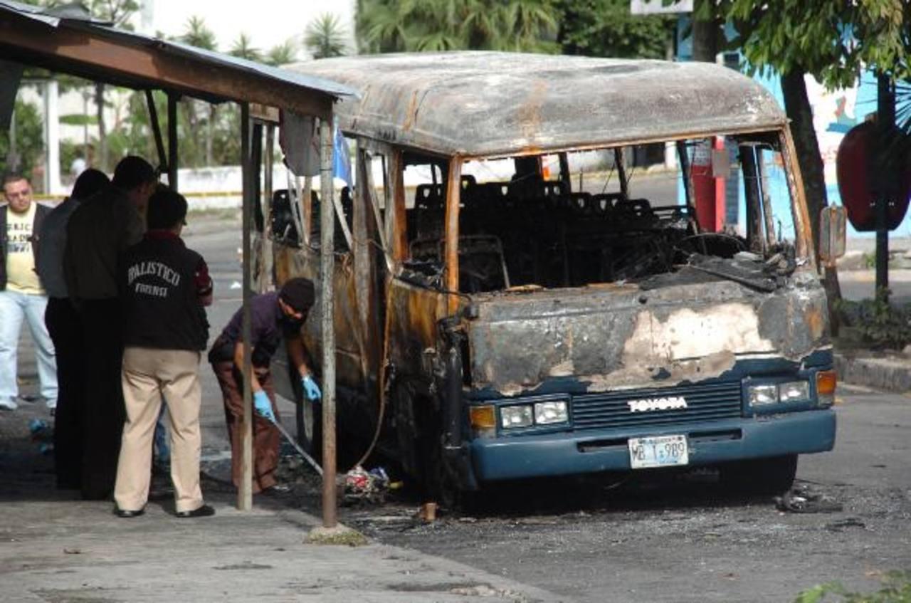 El 20 de junio de 2010, un grupo de mareros quemó un microbús y calcinó a 17 pasajeros. Foto EDH / Archivo