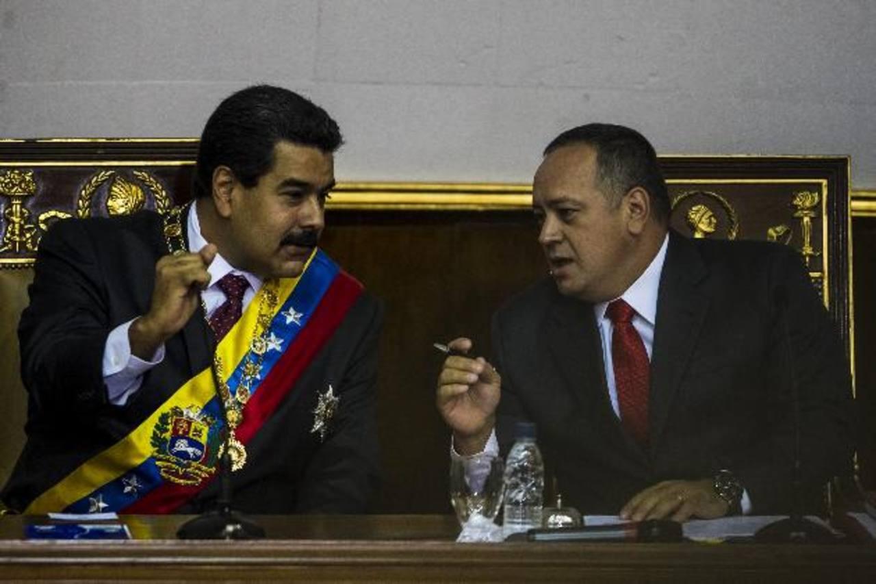 El gobernante de Venezuela, Nicolas Maduro (i), habla con el presidente de la Asamblea Nacional, Diosdado Cabello (d), ayer, en la sede del organismo legislativo en Caracas. foto edh / efe