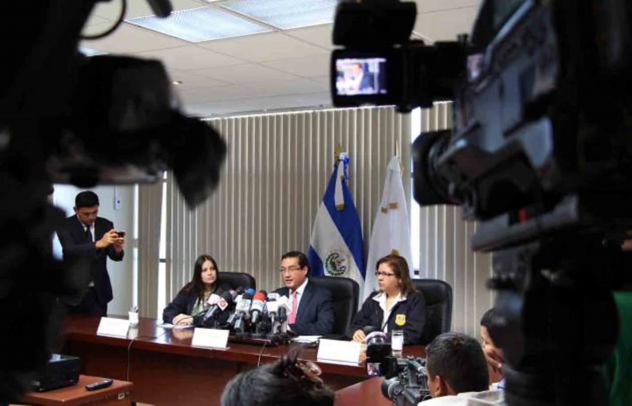 El Fiscal Luis Martínez,; la Fiscal Electoral, Rosa Alvarado, y la gerente de Métodos y Estadísticas, Ana Salomón. Foto EDH/ fgr