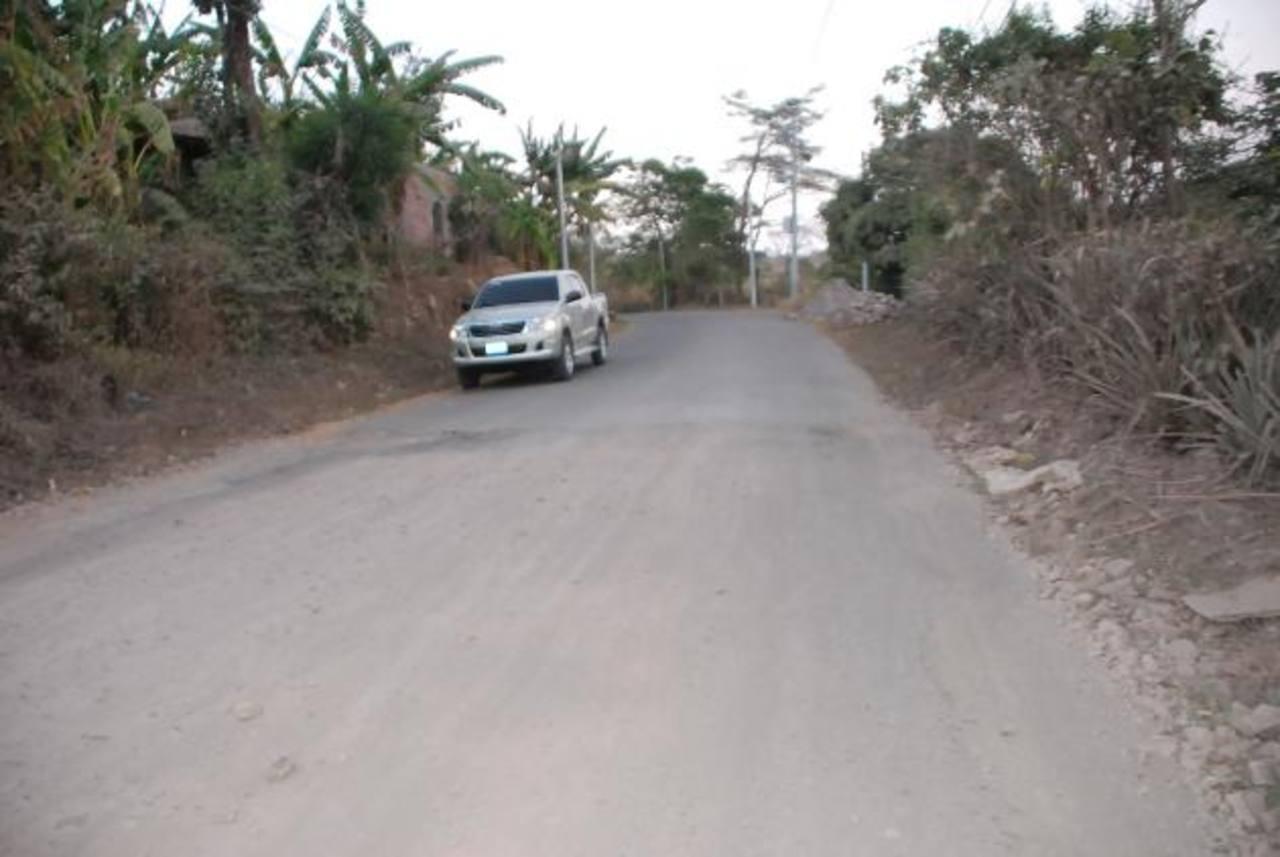 Usuarios de la vía que une a los municipios de Anamorós y Nueva Esparta, en La Unión, se quejan del mal estado de la calle. Foto EDH/ Insy Mendoza