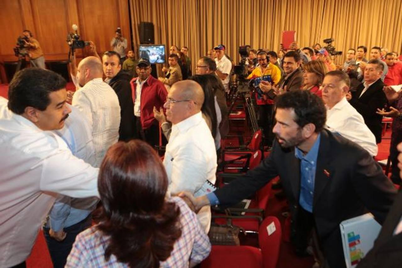 Tras el crimen de la actriz Mónica Spear y ante la presión por un plan de seguridad, Maduro convocó a los alcaldes y gobernadores, entre ellos Henrique Capriles, a quien saludó. foto edh / ap