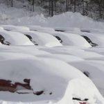 La densa capa de nieve cubre varias zonas del país como en Danvers (Massachusetts) donde así lucen los parqueos.