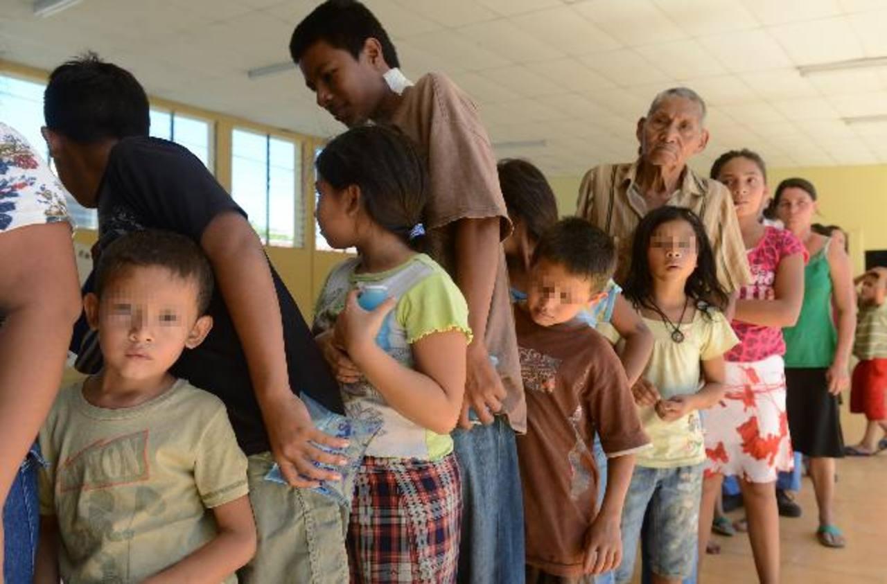 La comida sigue llegando de forma tardía, denunciaron los albergados, quienes lamentan más tal situación por sus hijos pequeños. Foto EDH / Miguel Villalta