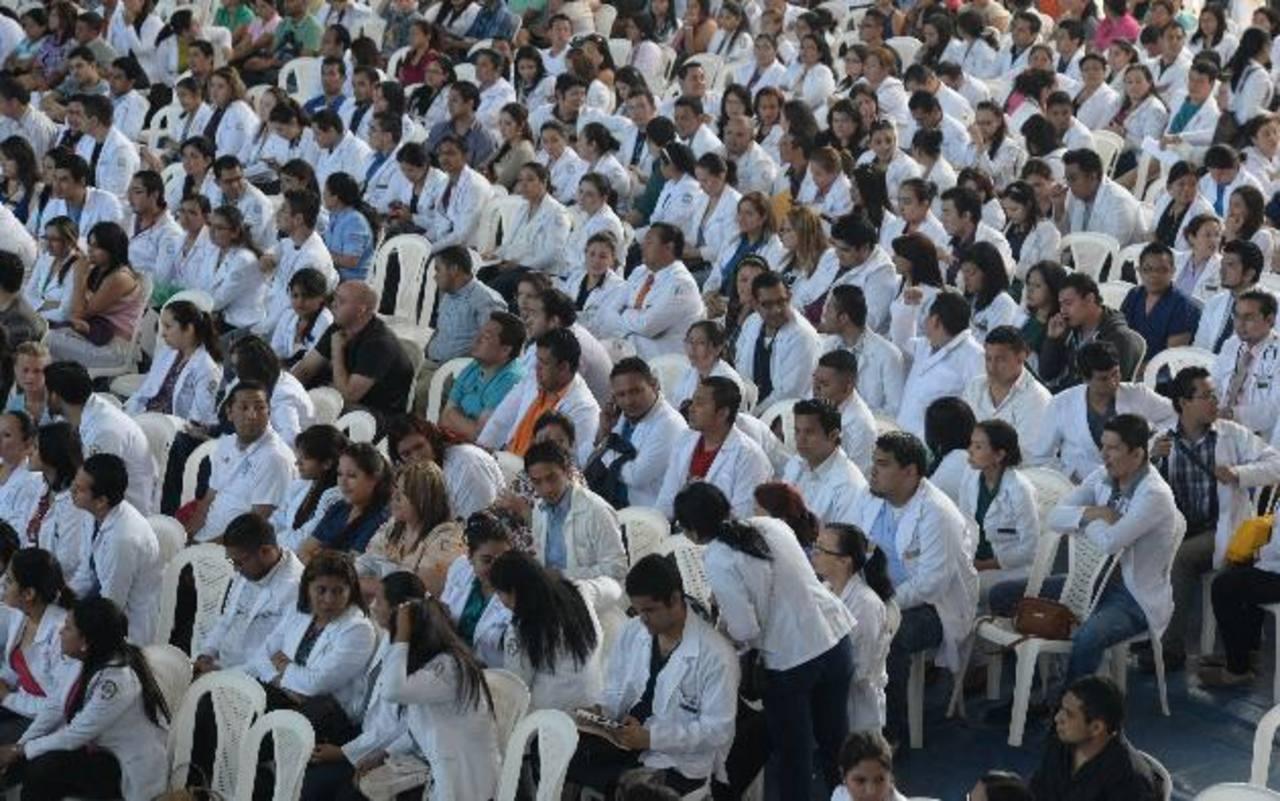 Médicos internos en el Polideportivo de la Universidad de El Salvador.