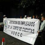 Empleados de Corte de Cuentas piden reinstalo frente a edificio de institución