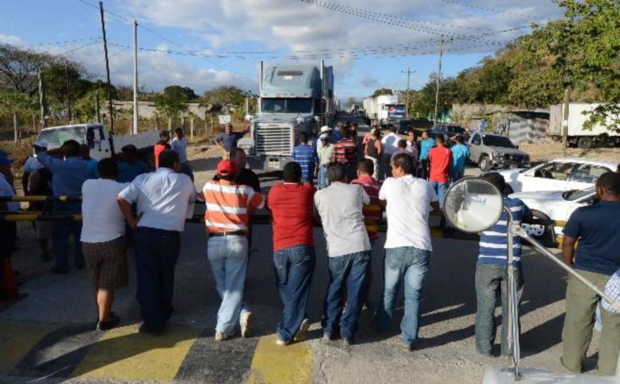 Los mismos transportistas hicieron valla para evitar el paso de vehículos particulares y buses en las fronteras.