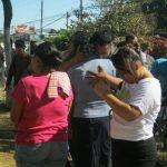 Los dolientes acudieron de inmediato al lugar de la tragedia; viven cerca. Foto EDH / Iris Lima