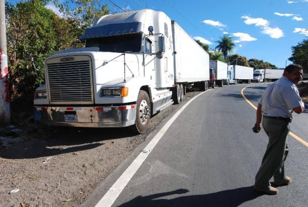 En San Cristóbal no tienen el sistema de rayos X pero sí cobraban los $18 por furgón. EDH/ C. Díaz