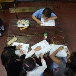 La maestra de Parvularia del Centro Escolar 22 de Junio, del turno de la mañana, ya empezó a trabajar con los nuevos programas de estudio, pero necesita insumos. Fotos EDH / Miguel Villalta