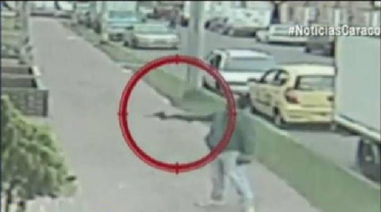 Hombre amenaza con un arma de fuego a sus vecinos en Bogotá.