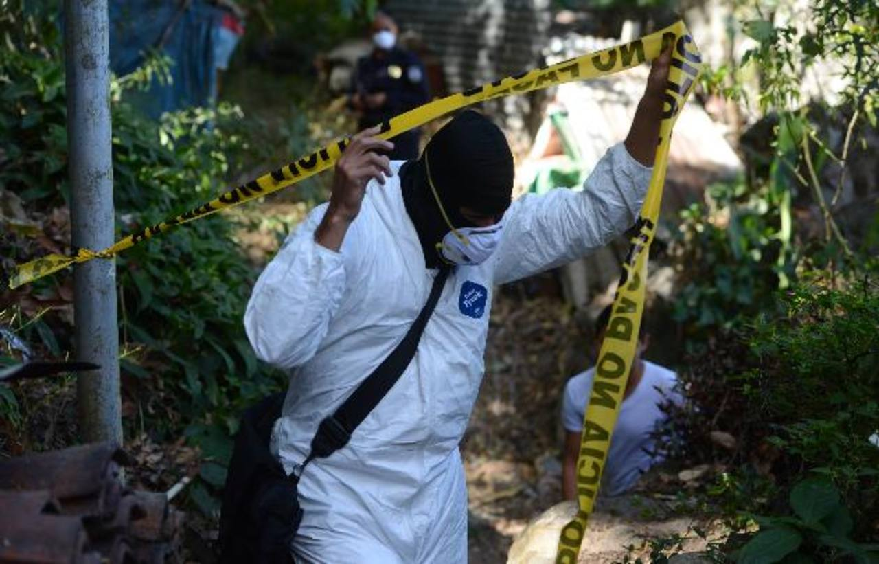 Joseling Carolina Estrada, de 33 años, quien tenía dos semanas desaparecida fue encontrada embolsada en un barranco de la carretera a Los Planes de Renderos. Foto EDH / JAIME ANAYA.