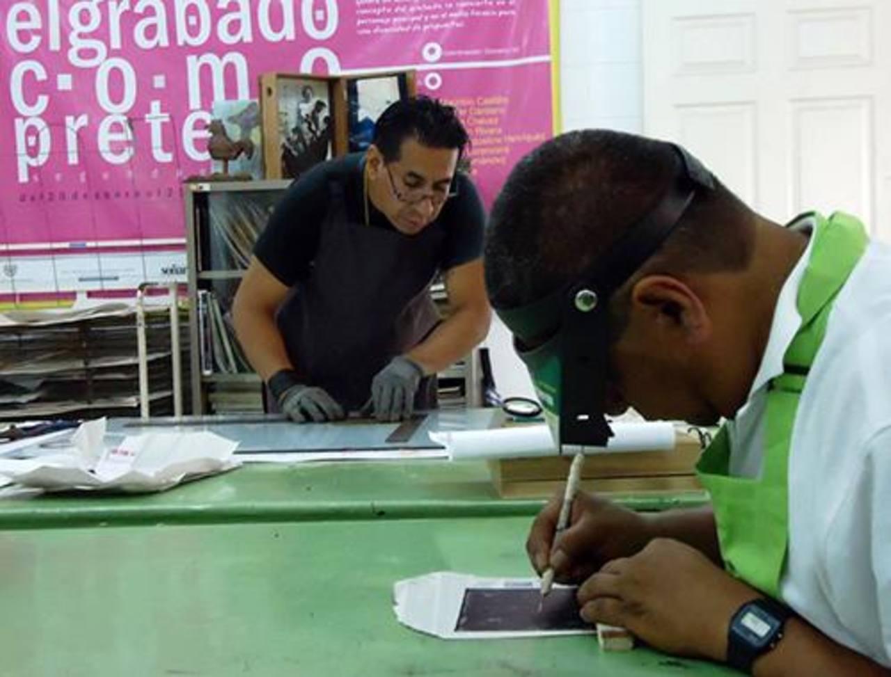 Artistas trabajando en el taller de grabado del CENAR