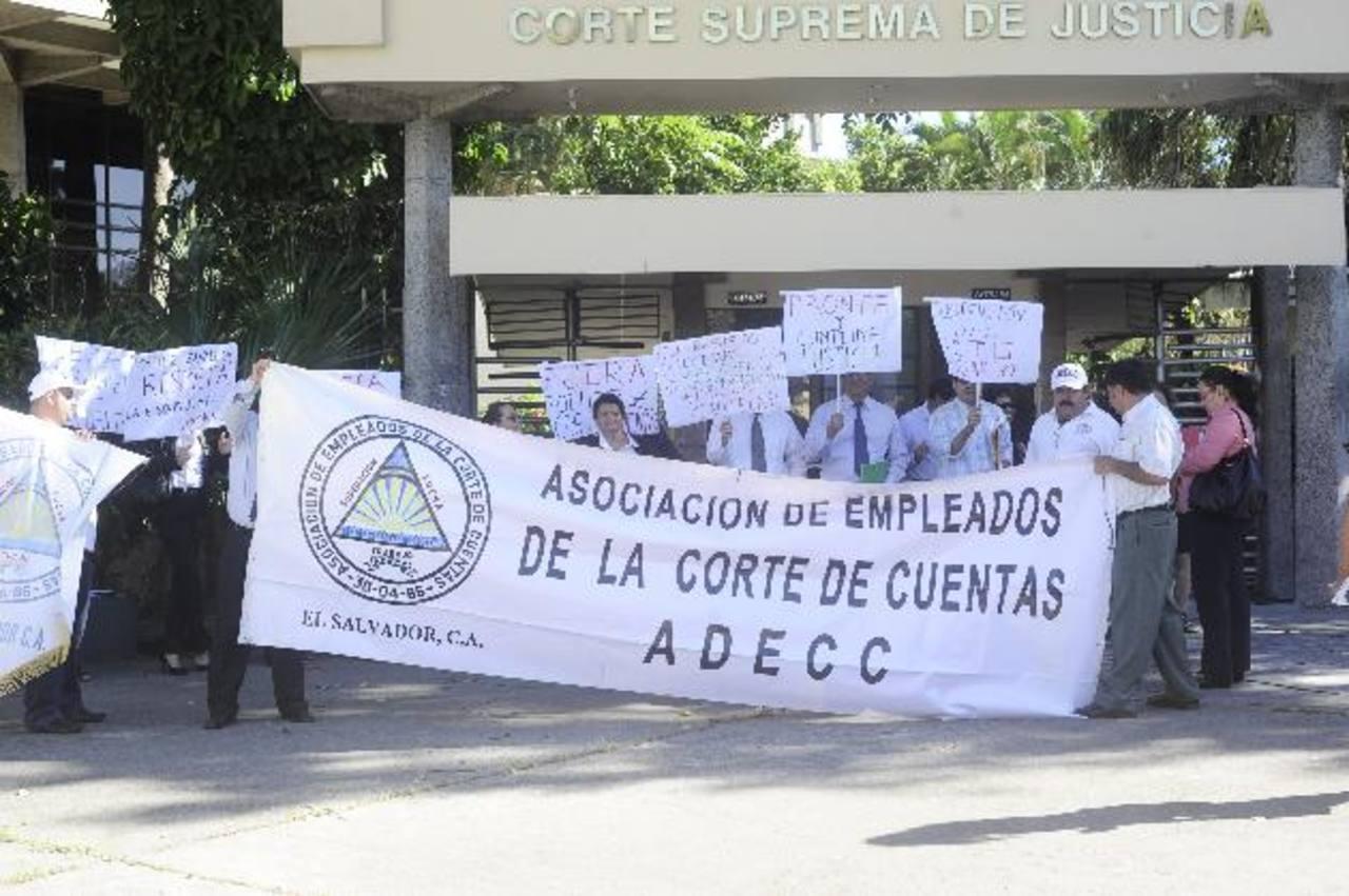 Hubo protestas por los despidos en diciembre. FOTO EDH Archivo.