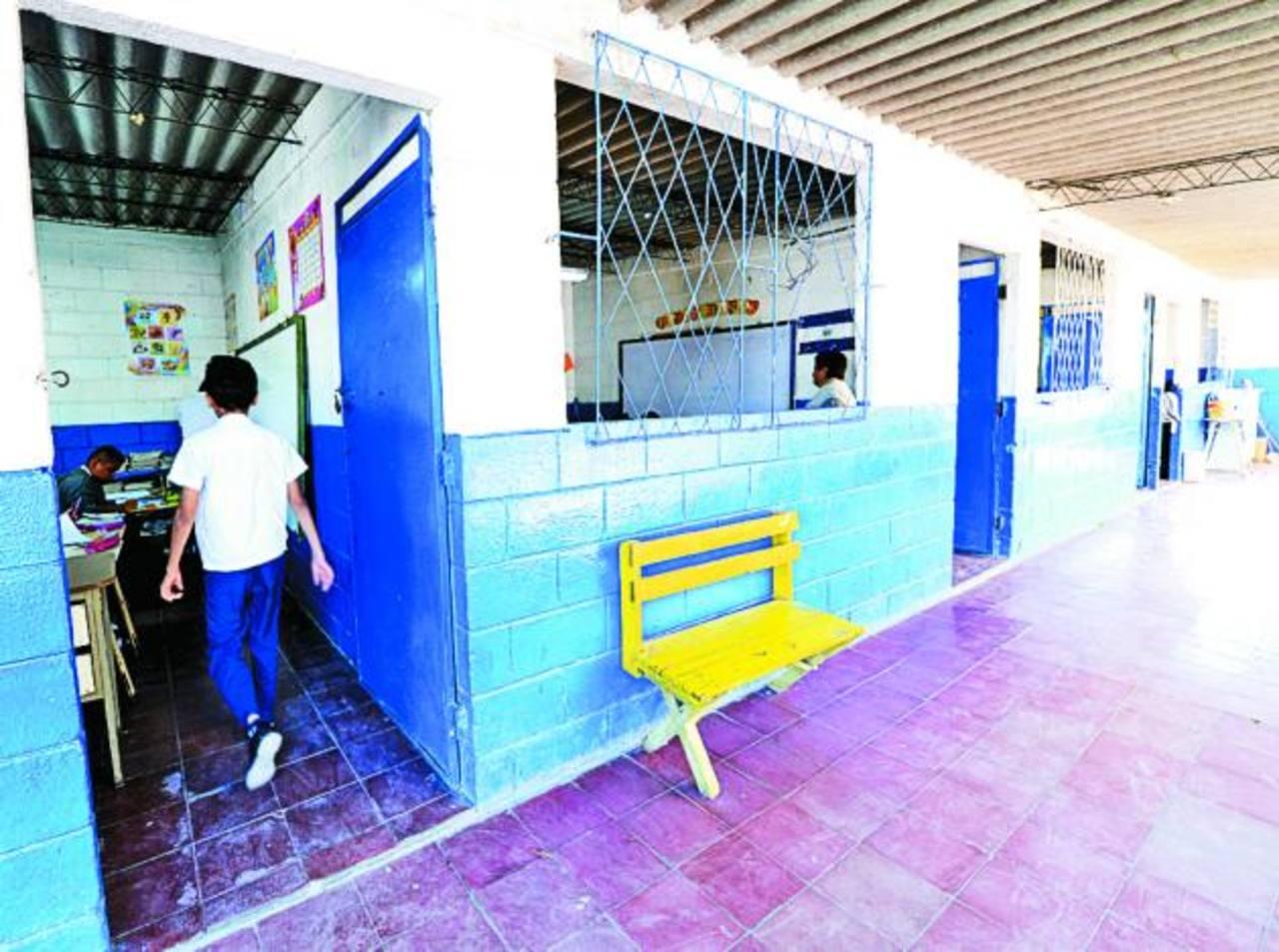 Los centros escolares necesitan nuevo mobiliario para los escolares. Foto EDH/ ARCHIVO