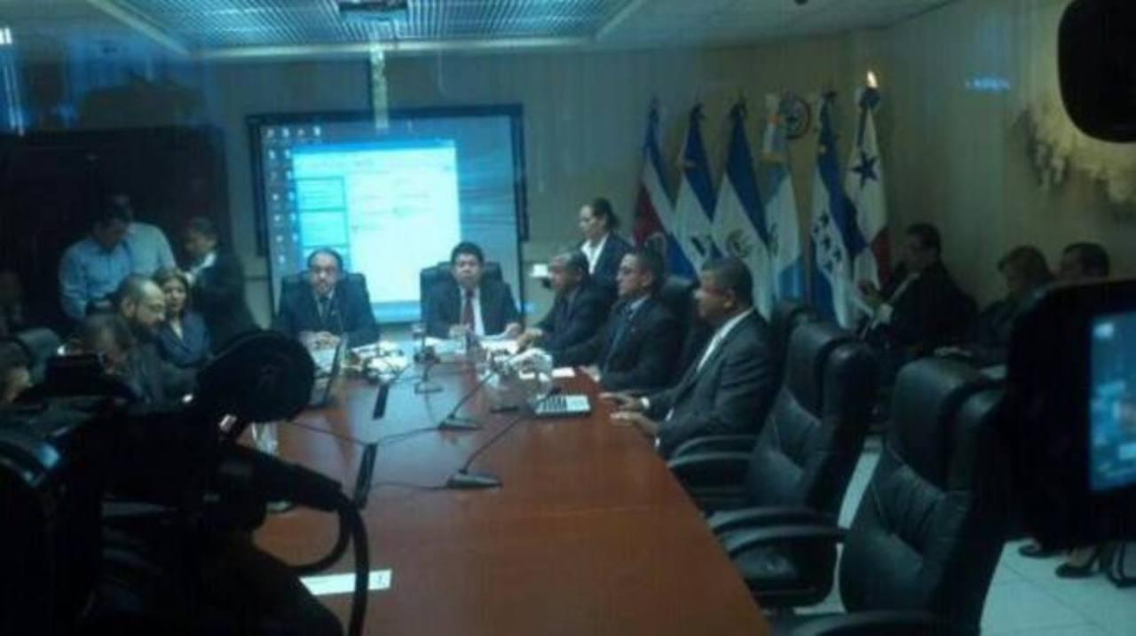Francisco Flores acudió a la Asamblea Legislativa el martes pasado FOTO EDH Archivo.