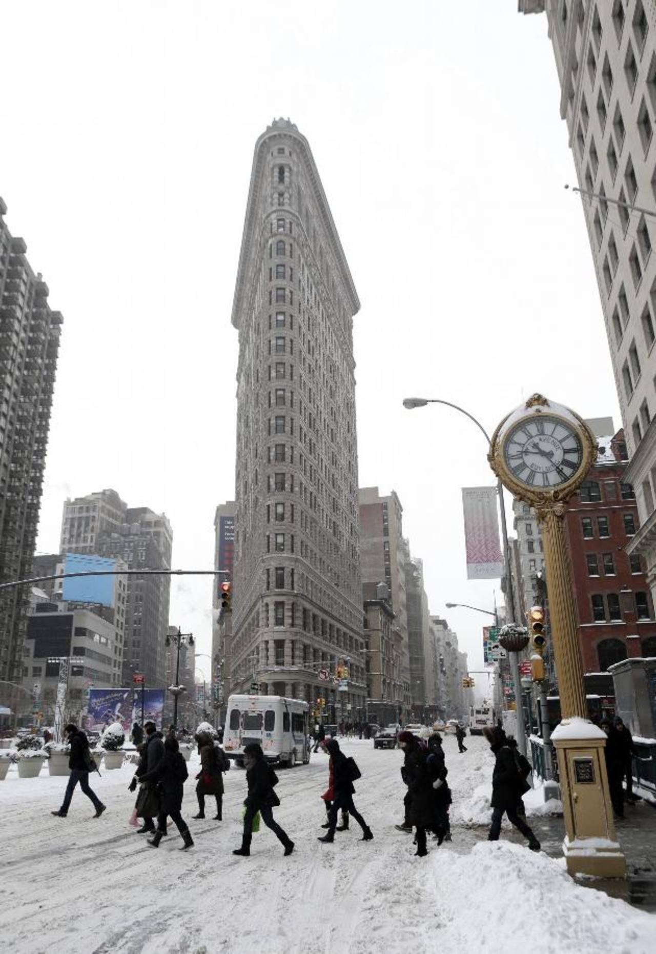 """La 5ª Avenida de Manhattan frente al edificio Flat Iron en Nueva York, lucía ayer con acumulación de nieve. Un tercio del país amaneció ayer congelado a causa de """"Hércules"""". foto edh /EFE"""